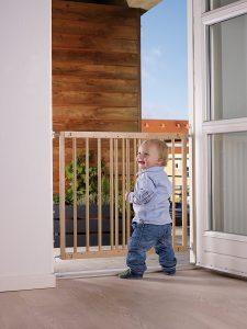 Bambino e cancelletto di legno