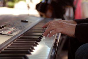 Suonare una tastiera musicale