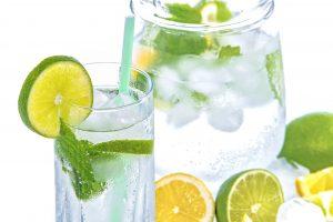Bere e una dieta equilibrata contro la cellulite