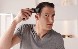 Uomo che rasa i capelli