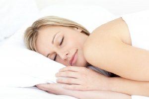 Donna che dorme su cuscino memory foam