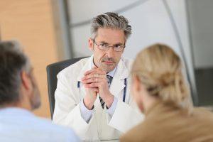 Medico curante che dà consigli sull'elettrostimolatore
