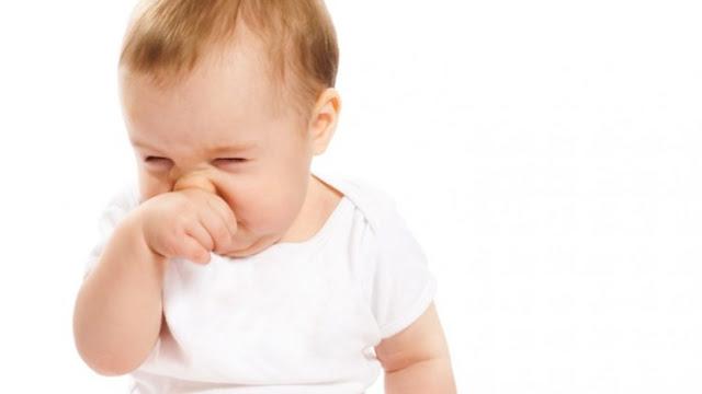 Bambino che si sfrega il naso dopo l'aspirazione del muco